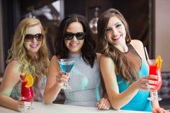 Amis attirants buvant des cocktails ensemble Image libre de droits