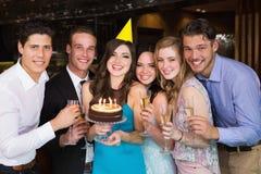 Amis attirants célébrant un anniversaire Photo libre de droits
