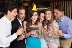 Amis attirants célébrant un anniversaire Photos libres de droits