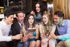 Amis attirants célébrant un anniversaire Images libres de droits