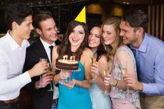 Amis attirants célébrant un anniversaire Photographie stock