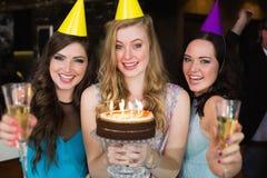 Amis attirants célébrant un anniversaire Photographie stock libre de droits