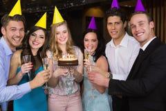 Amis attirants célébrant un anniversaire Photos stock