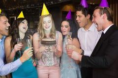 Amis attirants célébrant un anniversaire Image stock