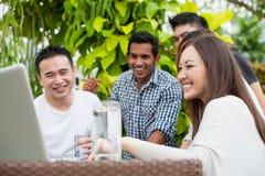 Amis attirants en vacances Photographie stock