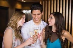 Amis attirants grillant avec le champagne Photos stock