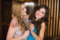 Amis attirants grillant avec le champagne Photographie stock libre de droits