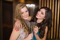 Amis attirants grillant avec le champagne Images libres de droits