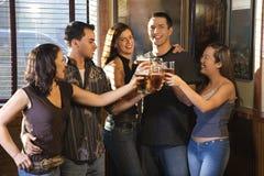 Amis au bar. Photos libres de droits
