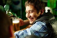 Amis au bar Image libre de droits