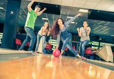 Amis au bowling Photographie stock libre de droits