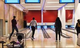 Amis au bowling ensemble Photos stock