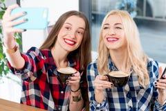 Amis au café Photographie stock libre de droits