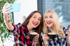 Amis au café Photos stock