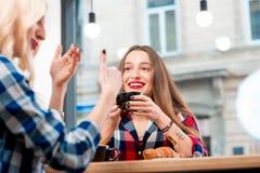 Amis au café Photos libres de droits
