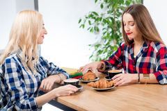 Amis au café Image libre de droits