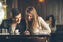 Amis au café utilisant un téléphone intelligent Image libre de droits