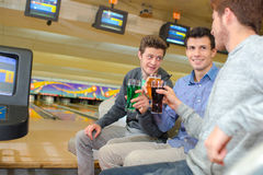 Amis au centre de bowling Images stock