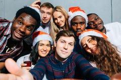 Amis au club faisant le selfie et ayant l'amusement Concept de Noël et d'an neuf Photos stock