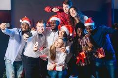 Amis au club faisant le selfie et ayant l'amusement Concept de Noël et d'an neuf Photo stock