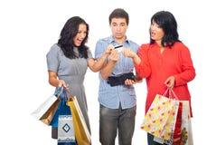 Amis au combat d'achats pour par la carte de crédit Photographie stock