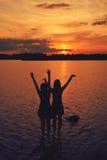 Amis au coucher du soleil Photographie stock