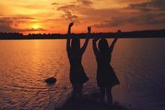 Amis au coucher du soleil Photo libre de droits