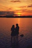 Amis au coucher du soleil Image stock
