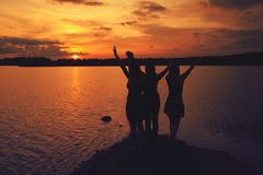 Amis au coucher du soleil Photo stock