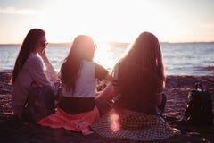 Amis au coucher du soleil par l'océan vues pittoresques de nature Coucher du soleil rouge sur la plage Images stock