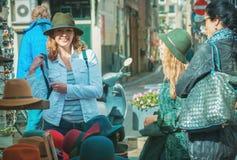 Amis au marché en plein air Image libre de droits