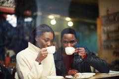 Amis au petit déjeuner ayant le café et s'amusant Photographie stock libre de droits
