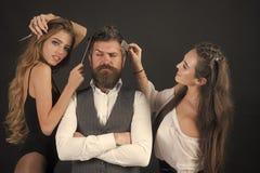 Amis au salon de coiffeur Les gens font la coupe de cheveux, relations d'amour, amitié Images stock