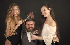 Amis au salon de coiffeur Vue de plan rapproché de beaux jeunes Photo libre de droits