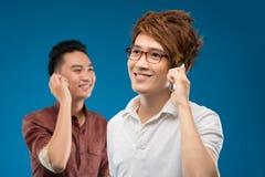 Amis au téléphone Photos libres de droits