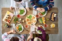 Amis au Tableau de dîner, au-dessus de la vue Photographie stock libre de droits