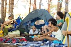 Amis au terrain de camping Photographie stock