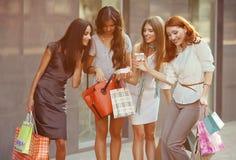 Amis aux achats Photo libre de droits