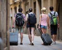 Amis aux vacances marchant à la rue Images stock