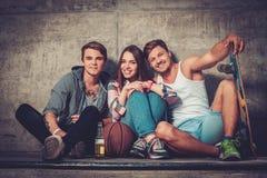 Amis avec avec la planche à roulettes dehors Photo libre de droits