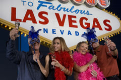 Amis avec Champagne And Carnival Masks Photo libre de droits
