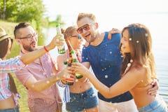 Amis avec de la bière Image libre de droits