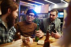 Amis avec de la bière Images libres de droits