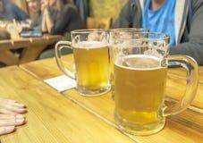 Amis avec de la bière fraîche Photographie stock