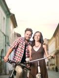 Amis avec des bicyclettes en ville Photographie stock libre de droits