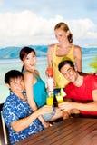 Amis avec des boissons Photo stock