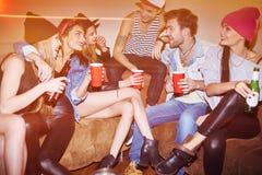 Amis avec des boissons Photographie stock libre de droits