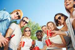 Amis avec des boissons Images stock
