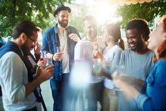 Amis avec des boissons Image libre de droits
