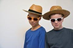 Amis avec des chapeaux et des lunettes de soleil Photos libres de droits